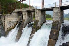 Die Abflusskanalverdammung hydroelektrisches Chemal, Altai-Berge Lizenzfreies Stockbild