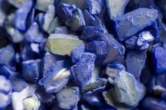 Die abgebrochene blaue Oberteilmaurerarbeit-Nagelmaniküre Stockfotos