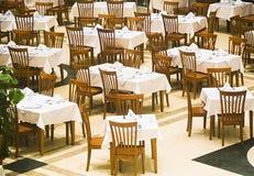 Die abgedeckten Tabellen in der Gaststätte Stockfoto