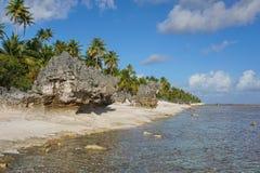 Die abgefressene Atollküstenlinie schaukelt Küste Tuamotus Lizenzfreie Stockfotografie