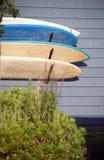 Die abgenutzten Surfbretter, die vom Anhänger hängen, bringen Montauk New York USA unter Stockfotografie