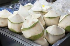 Die abgezogenen Kokosnüsse behäuten im Markt Stockbild