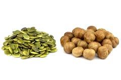 Die abgezogenen Samen des Kürbises und der Haselnusses Getrennt lizenzfreie stockfotos