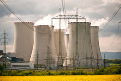 Die abkühlenden Stapel im Kraftwerk Stockfotografie