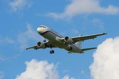 Die Abreise bewölkt die Flugzeuge Airbus 320 (EI-FAJ) der Fluglinie Russland stockfotos