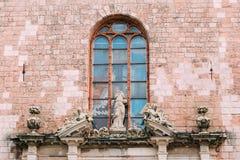 Die Abschirmrahmen-Brücke Drei alte barocke Statuen auf Portal des Haupteingangs Stockfotografie
