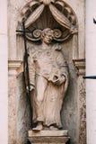Die Abschirmrahmen-Brücke Nahe alte Statue des Mannes mit Kreuz und des Buches in den Händen auf der Fassade von St. Peter Church Stockfoto