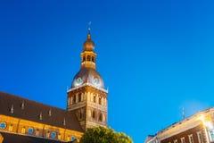 Die Abschirmrahmen-Brücke Schließen Sie belichteten Turm der Hauben-Kathedrale abend Lizenzfreie Stockbilder