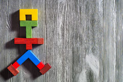 Die abstrakte Zahl eines gehenden Mannes der bunten hölzernen Puzzlespiele Stockbilder