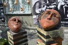 Die Abstraktion von ausgeprägten keramischen Köpfen auf Lehmziegelsteinen gibt Vertrauen im Next day Lizenzfreies Stockfoto