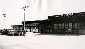 Die Abteilung der sowjetischen Truppen kam im internationalen Flughafen von Prag im August 1968 an Lizenzfreies Stockfoto