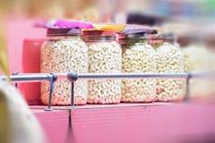 Die Acajounuss, die auf dem Markt verkauft, vereinbarte auf einer Reihe, in der Linie Indien Stockbilder