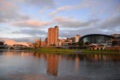 Die Adelaide-Skyline genommen an der Dämmerung Lizenzfreie Stockfotos