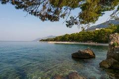 Die adriatische Küstenlinie Ansicht af in Brela, Kroatien Lizenzfreie Stockfotografie