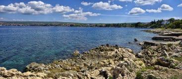 Die adriatische Küstenlinie beim Umgeben von Glavotok Lizenzfreies Stockfoto