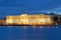 Die Akademie von Künsten, weiße Wolke nachts St Petersburg Lizenzfreies Stockbild