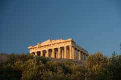Die Akropolis von Athen von unterhalb Lizenzfreie Stockfotografie