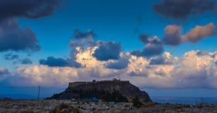 Die Akropolis von Lindos Foto gemacht vom Hügel nach dem Dorfausgang lizenzfreie stockfotos