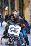 Die Aktion von freien Umarmungen einer Gruppe von Personen auf den Straßen von Barcelona, die Aufschrift auf spanisch auf Poster  stockfotos