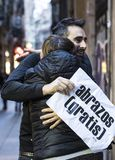 Die Aktion von freien Umarmungen einer Gruppe von Personen auf den Straßen von Barcelona, die Aufschrift auf spanisch auf Poster  lizenzfreie stockfotografie