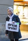 Die Aktion von freien Umarmungen einer Gruppe von Personen auf den Straßen von Barcelona, die Aufschrift auf spanisch auf Poster  stockbilder