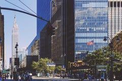Die Allee acht in Midtown Manhattan und in der Reichzustandsgestalt Stockfotografie