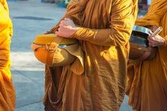 Die Almosen des buddhistischen Mönchs rollen Parade beim Moring, Thailand lizenzfreies stockbild