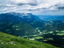Die Alpen im wolkigen Wetter Große Berge stockfotografie