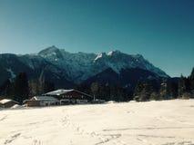 Die Alpen mit einem Häuschen Lizenzfreies Stockbild