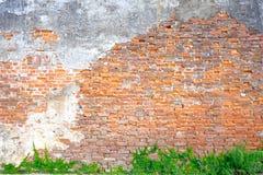 Die Altbauwand, die eine Schlacke des Zementes hat, macht den Ziegelstein hinten Außenbacksteinmaueraltbauten verziert mit Gips stockfotografie
