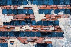 Die Altbauwand von roten Backsteinen und von Blöcken Stockbilder
