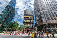 Die alte Albert-Kneipe drückte zwischen modernen Handelsgebäuden auf Victoria Street, London zusammen Stockfoto