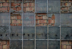 Die alte Backsteinmauer mit Glas des Fensters Stockfotografie