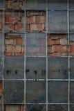 Die alte Backsteinmauer mit Glas des Fensters Lizenzfreie Stockbilder