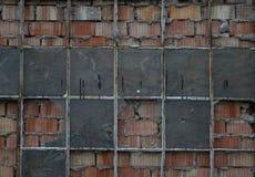 Die alte Backsteinmauer mit Glas des Fensters Stockfotos