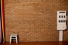 Die alte Backsteinmauer und der weiße Stuhl Lizenzfreie Stockfotografie