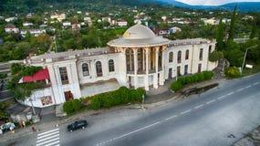 Die alte Bahnstation mit dem Überschreiten nah an der Straße in der Stadt von neuem Athos Lizenzfreie Stockfotos