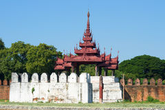 Die alte Bastion des alten Stadtabschlusses oben an einem sonnigen Nachmittag Mandalay, Birma Lizenzfreie Stockbilder