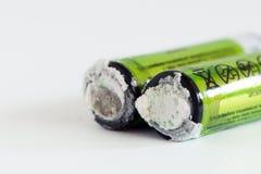 Die alte Batterie leckte Sondermüll Lokalisierter Hintergrund Alkalische Batterien Stockbild