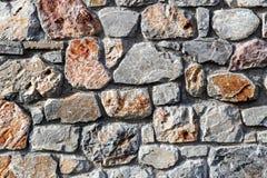 Die alte beige steinige Wand des Hintergrundes Stockfoto