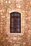 Die alte beige steinige Wand des Hintergrundes mit einem Fenster Lizenzfreies Stockbild