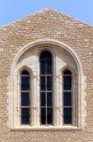 Die alte beige steinige Wand des Hintergrundes mit Marmorfenster Lizenzfreies Stockbild