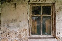 Die alte Betonmauer mit einem hölzernen Fenster Stockfotografie