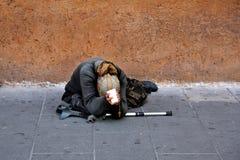 Die alte Bettlerfrau Stockfoto