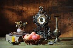 Die alte Borduhr und die Bücher Lizenzfreies Stockfoto