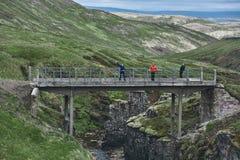 Die alte Brücke über der Schlucht mit einem Strom in den Bergen Lizenzfreies Stockbild