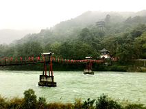Die alte Brücke der chinesischen Art auf dem Fluss von Dujiangyan, Sichuan, China Lizenzfreie Stockbilder