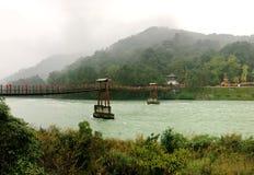 Die alte Brücke der chinesischen Art auf dem Fluss von Dujiangyan, Sichuan, China Lizenzfreie Stockfotografie