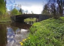 Die alte Brücke im Park Stockbilder