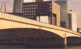 Die alte Brücke und die Boote Lizenzfreies Stockfoto